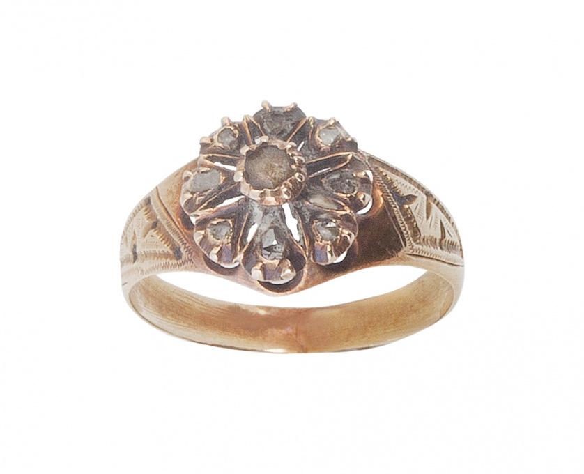 Sortija S. XIX con rosetón de diamantes, y zafiro blanco ce