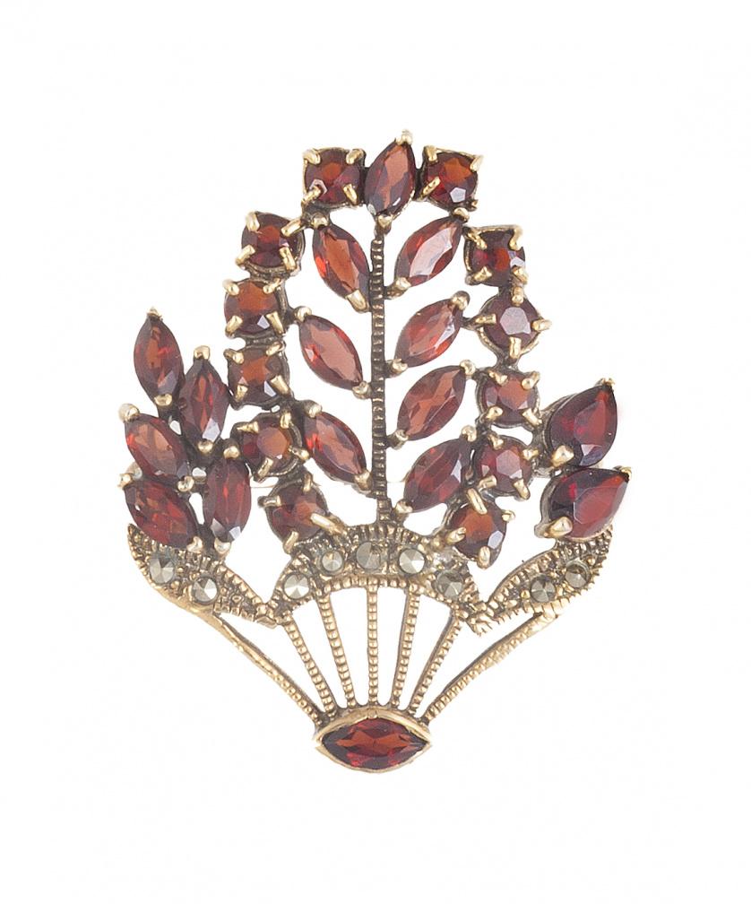 Broche con diseño de florero de granates en plata dorada