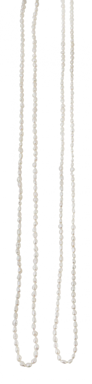Dos collares largos de perlas en forma de grano de arroz