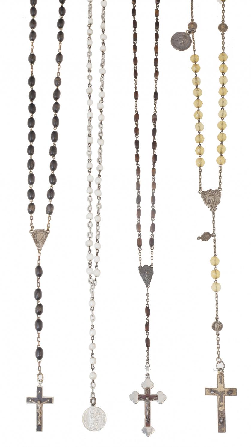 Lote de cuatro rosarios con cuentas de diferentes materiale