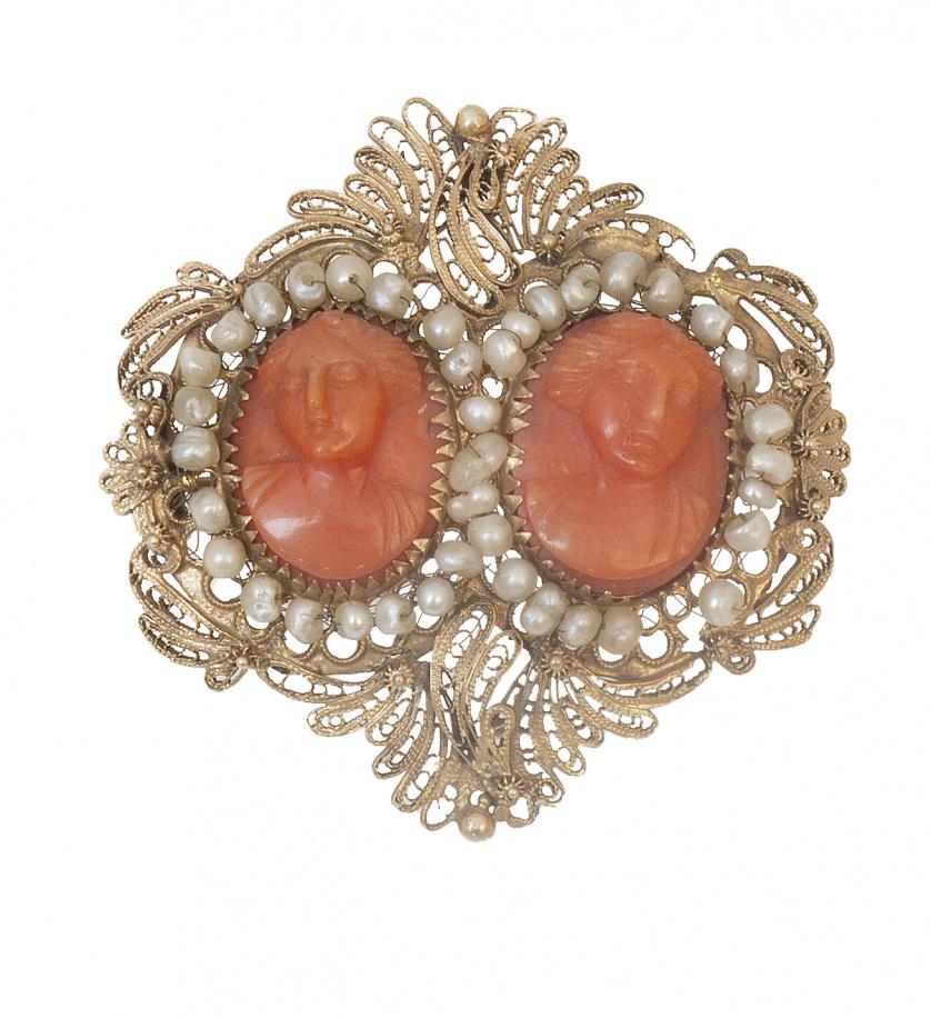 Broche de pp. S. XIX con dos camafeos de damas tallados en