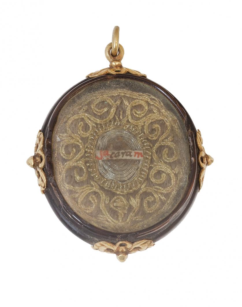 Relicario colgante S.XVII-XVIII  con reliquias en anverso y