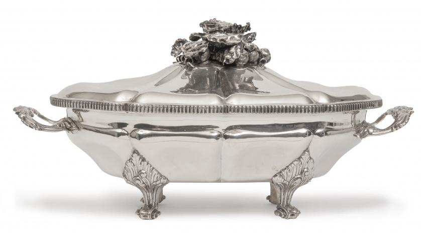 Sopera de plata de estilo rococó con tapa rematado por hort