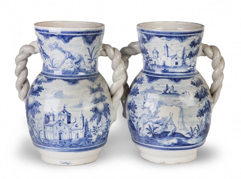 Pareja de orzas de cerámica esmaltada en azul y blanco, sig