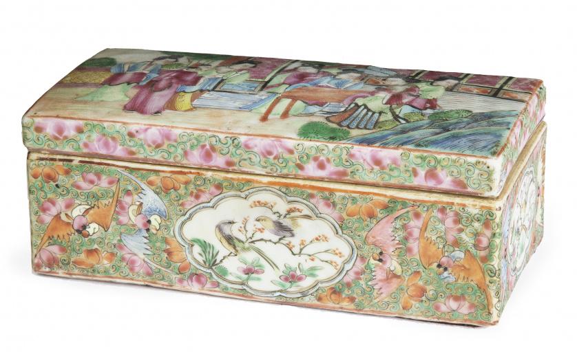 Caja de tocador de porcelana esmaltada decorada con damas y