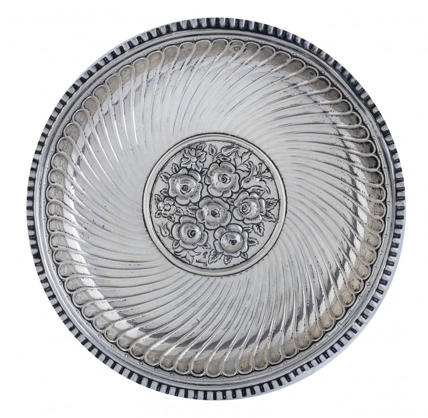 Bandeja circular en plata, con rosas en el asiento, S. XIX