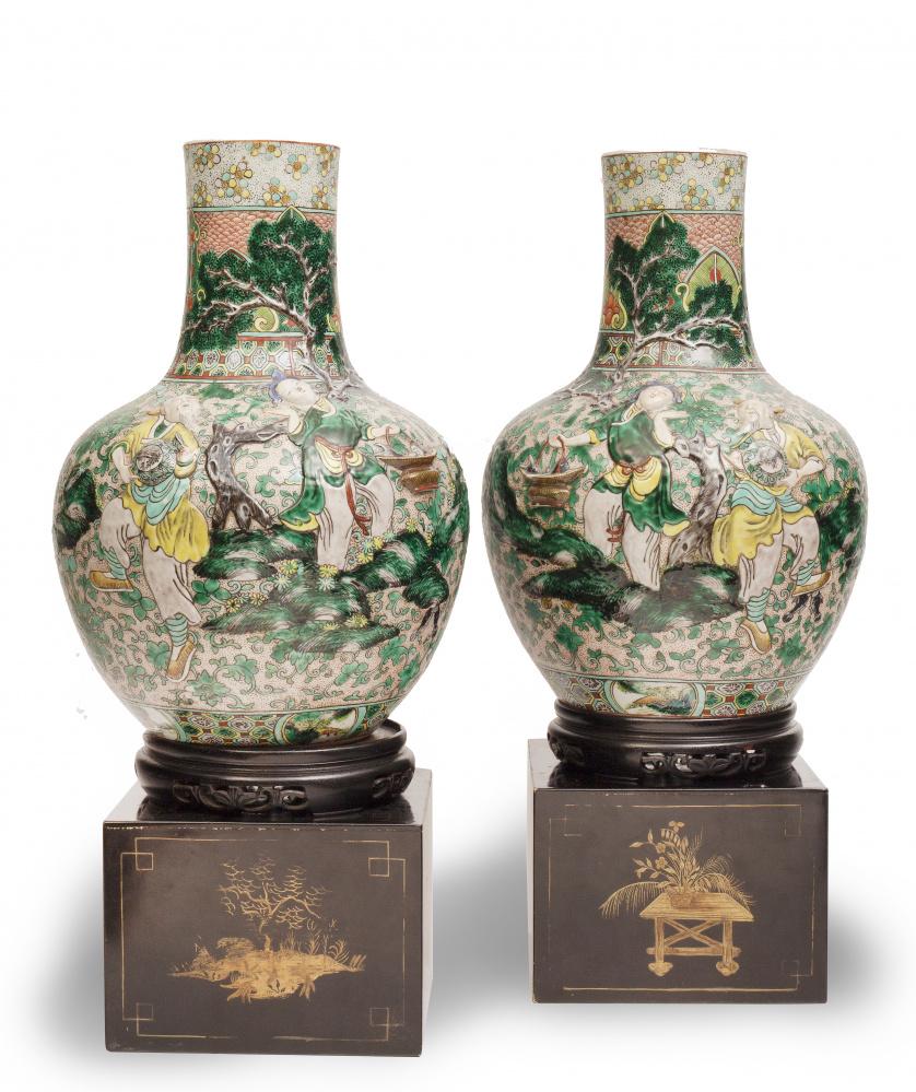 Pareja de jarrones en porcelana esmaltada con personajes en