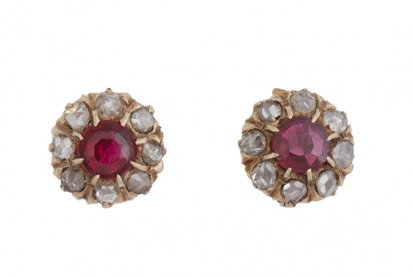 Pendientes rosetón de pp. S. XX con rubíes orlados de diama