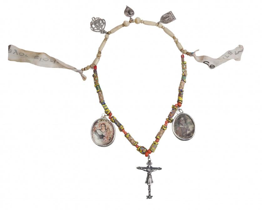 Collar popular con dos relicarios, Cristo de Burgos y coraz