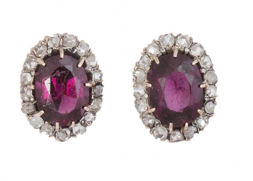 Pendientes de pp. S.XX con rubíes de talla oval orlados de