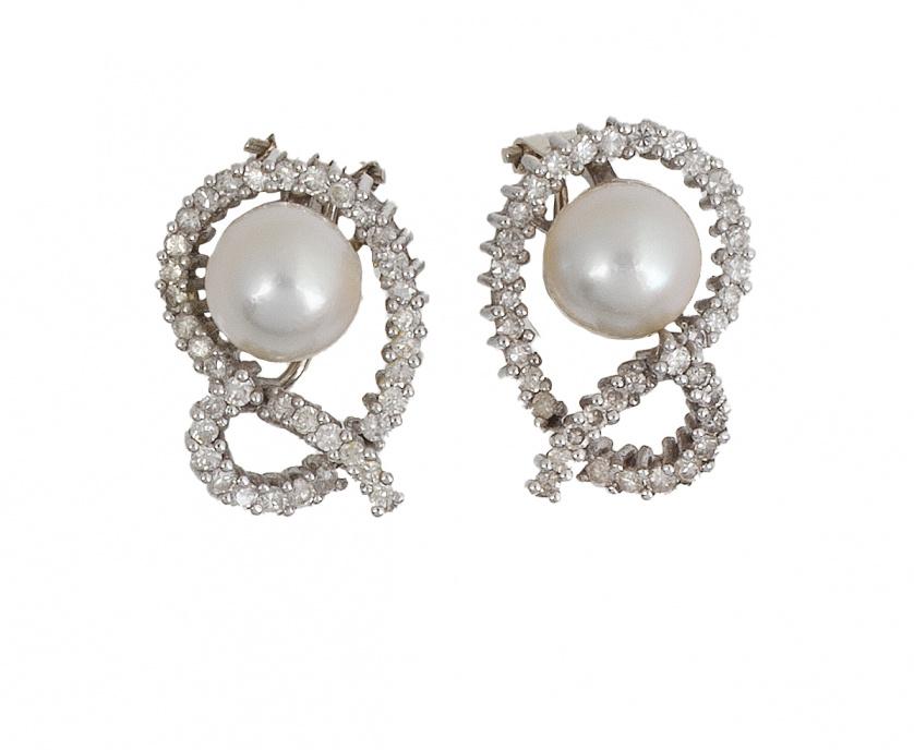 Pendientes con perla rodeada por marcos de brillantes de lí