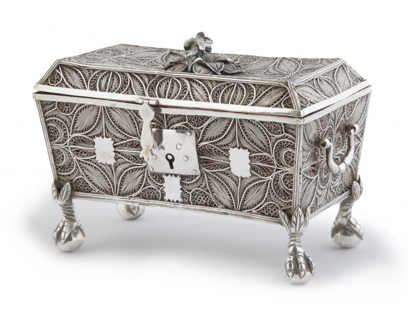 Arqueta de plata en filigrana, sobre patas de garra.Perú,