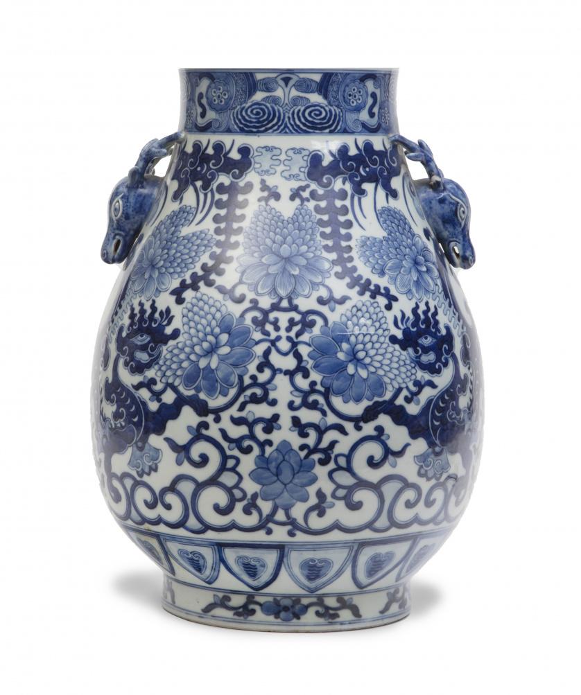 Jarrón en porcelana esmaltado en azul y blanco con flores,