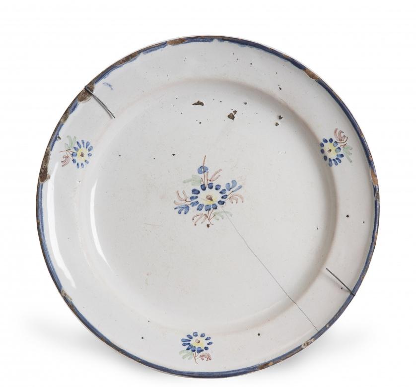 Plato de cerámica esmaltada, con ramillete.Serie del cach
