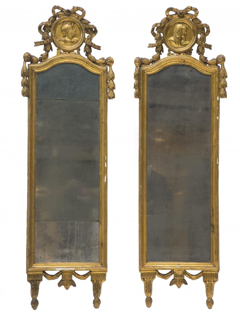 Pareja de espejos Carlos IV en madera tallada y dorada, con