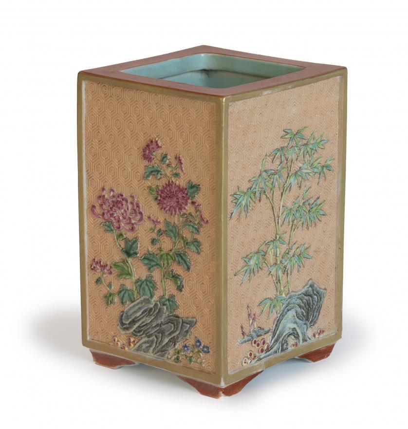 Pincelera en porcelana esmaltada con decoración floral. C