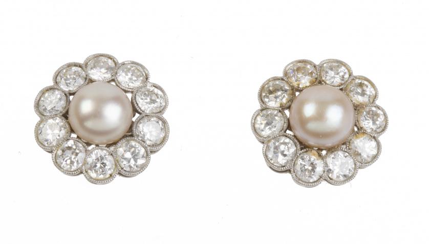 Pendientes c.1930 con centro de perla orlado de brillantes