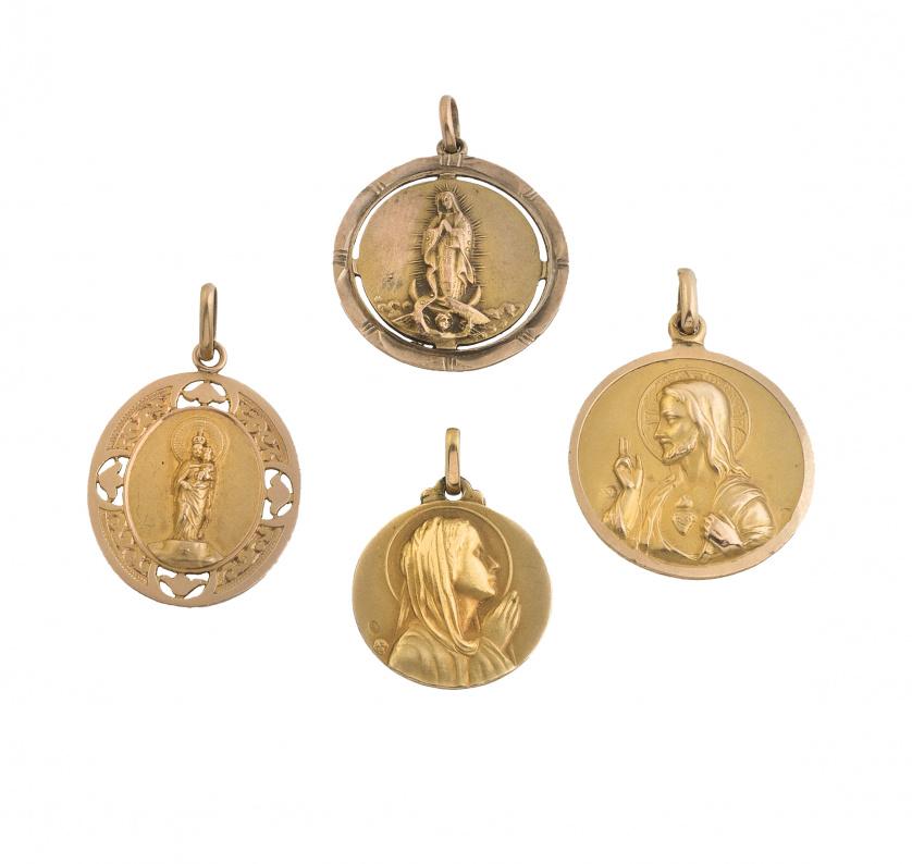 Conjunto de cuatro medallas colgantes en oro amarillo de 18