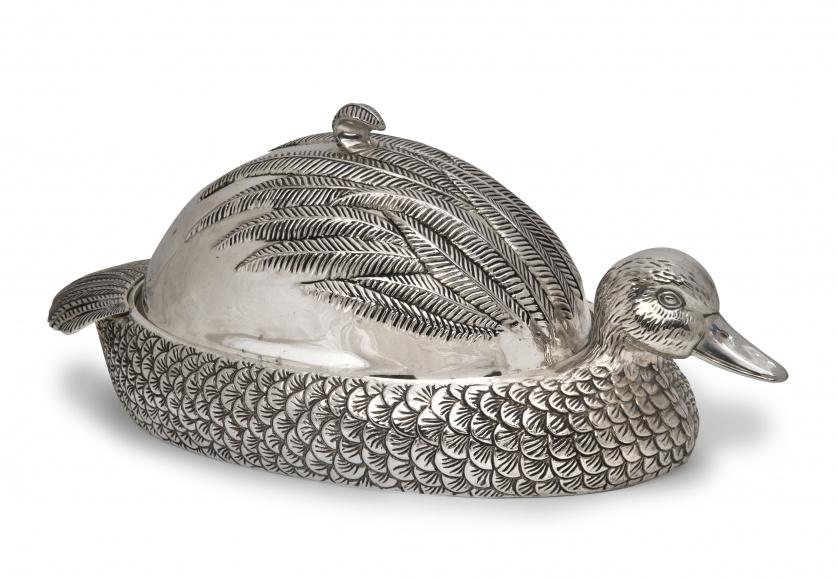Legumbrera con forma de ánade de metal plateado, S. XX.