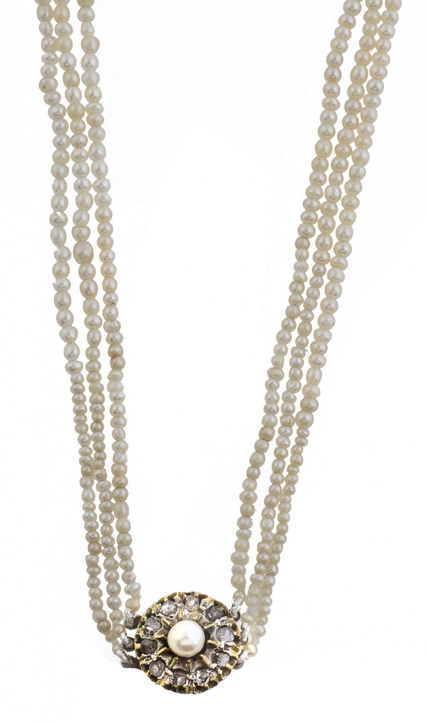 Collar de tres hilos de pequeñas perlas, posiblemente finas