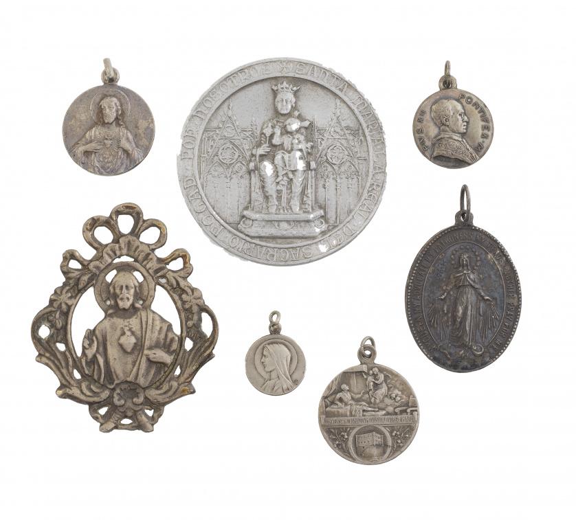 Lote formado por 13 medallas,rosario, rosario de anillo con