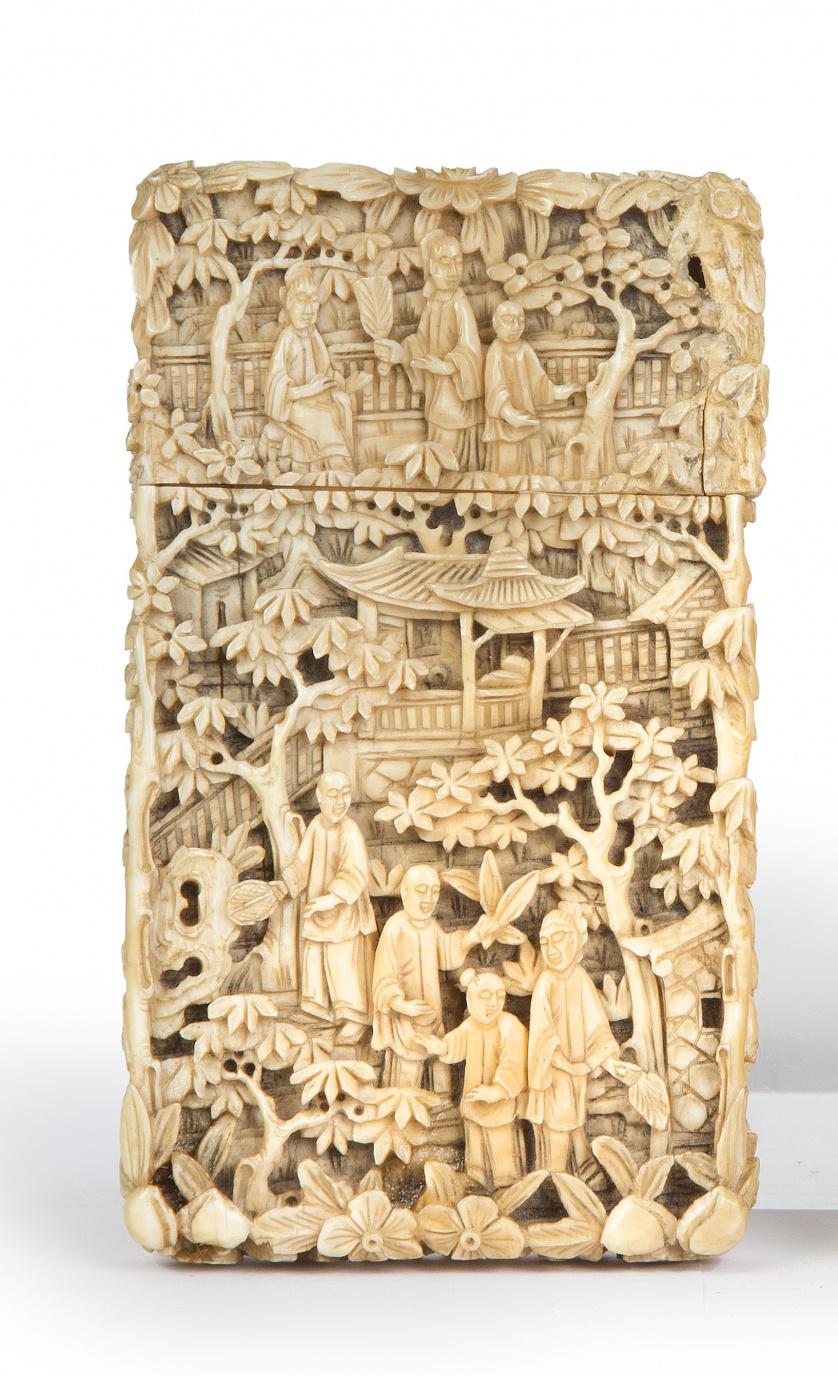 Tarjetero rectangular en marfil tallado decorado con escena