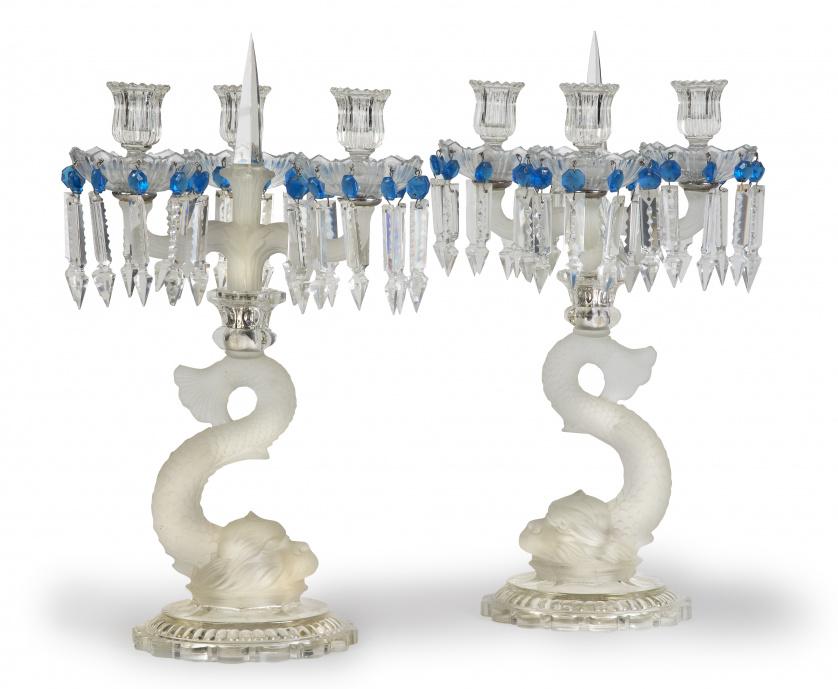 Pareja de candelabros de cristal traslúcido, al ácido y azu