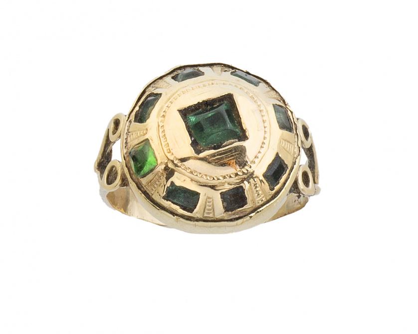 Sortija S. XIX-XX con botón de esmeraldas y símil esmeralda