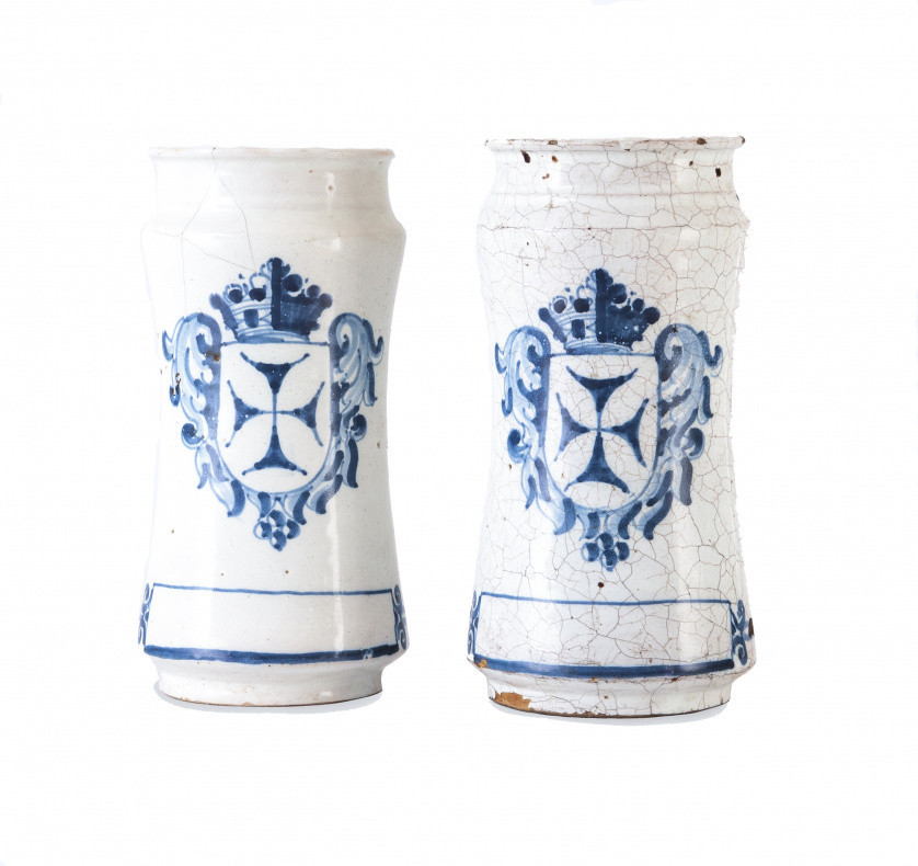 Dos botes de cerámica esmaltada en azul de cobalto con escu