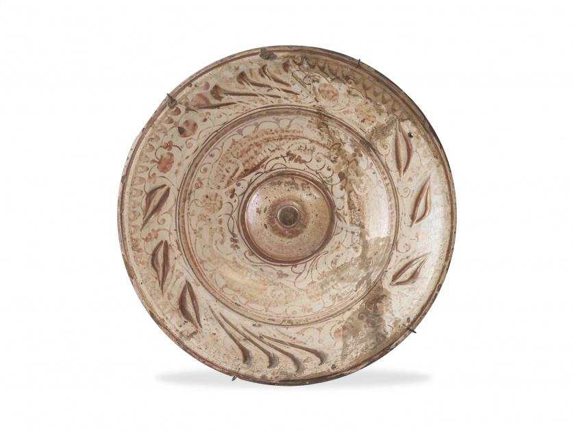 Plato de cerámica esmaltada en reflejo dorado.Manises, ff