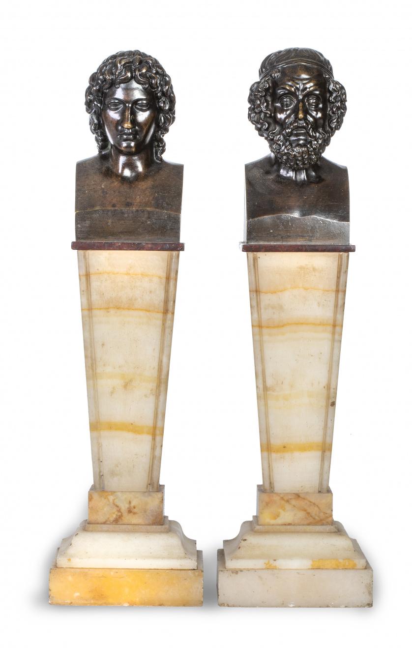 Pareja de bustos de bronce sobre peanas de mármol con forma