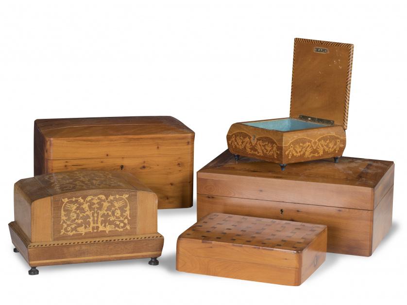 Lote de cinco cajas de madera, alguna con marquetería, S. X