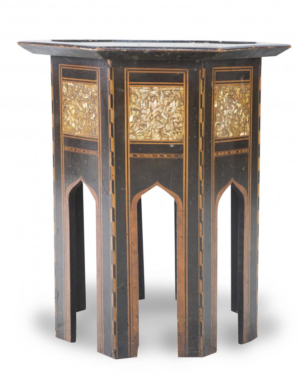 Mesa octogonal de estilo nazarí en madera con marquetería e