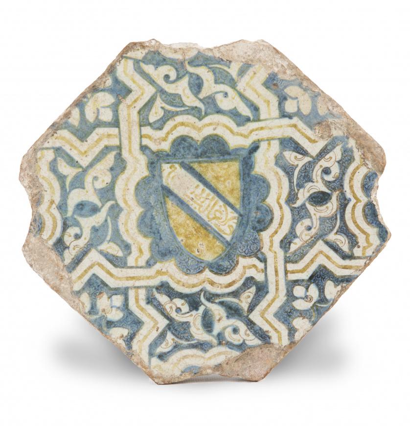 Azulejo octogonal de cerámica esmaltada en azul y ocre.Tr