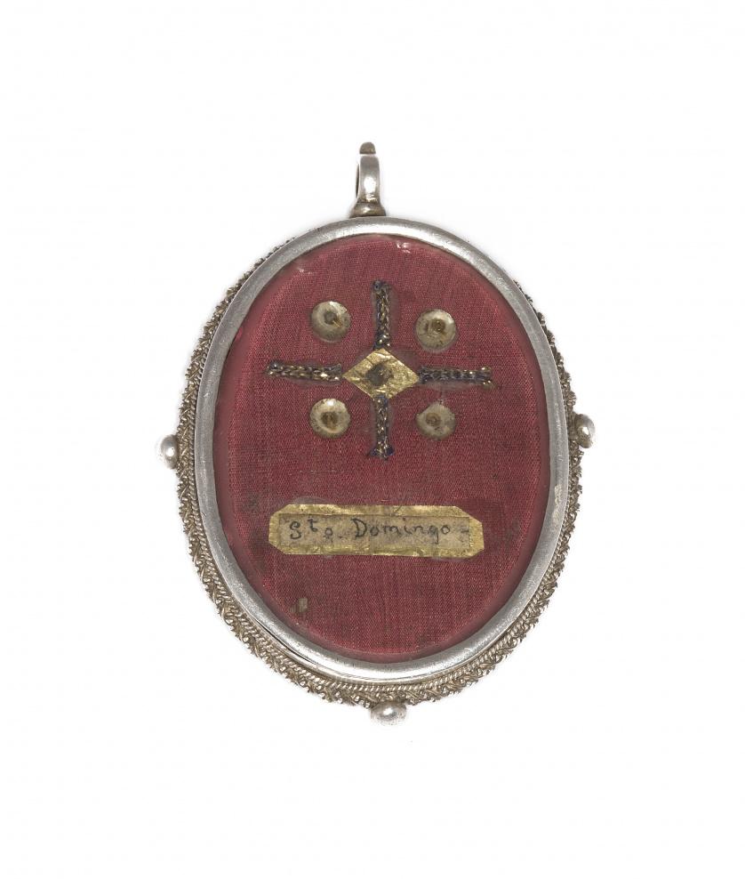 Medallón relicario ovalado de plata, con reliquia de Santo