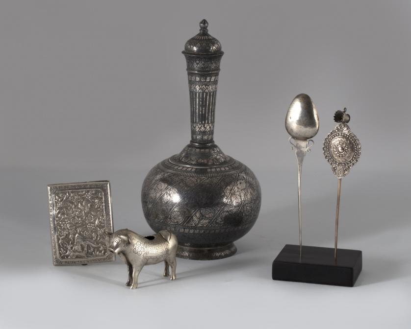 Pitillera de plata repujada, labrada y esgrafiada, decorada