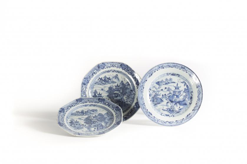 Pareja de platos octogonales de porcelana esmaltada en azul