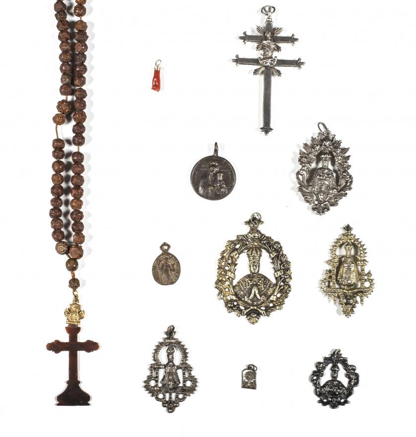 Ocho medallas; cinco de plata en su color y de plata dorada