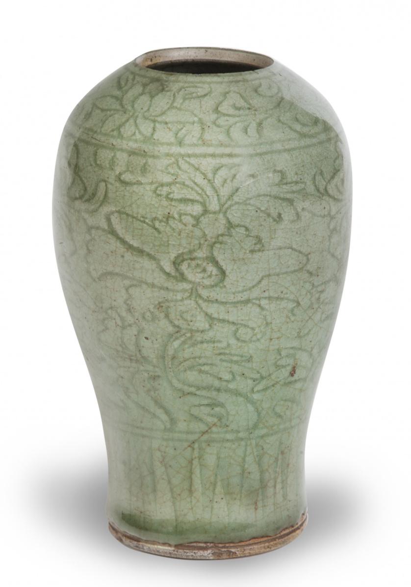 Jarrón en esmalte celadón con flores, estilo longquam/Ming.
